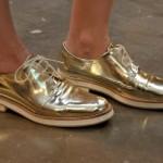 Como Usar Sapatos Metalizados em Todas as Ocasiões